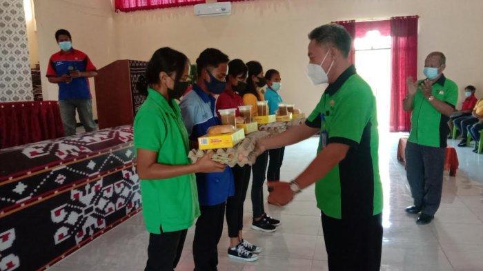 Cegah Stunting, Kepala SMKN 1 Kupang Serahkan Bantuan Susu dan Telur Bagi Siswa