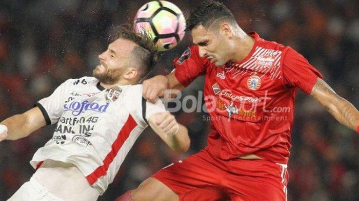 Striker Bali United, Ilija Spasojevic, berduel dengan bek Persija, Jaimerson da Silva, pada laga final Piala Presiden 2018 di Stadion Utama Gelora Bung Karno, Sabtu (17/2/2018).