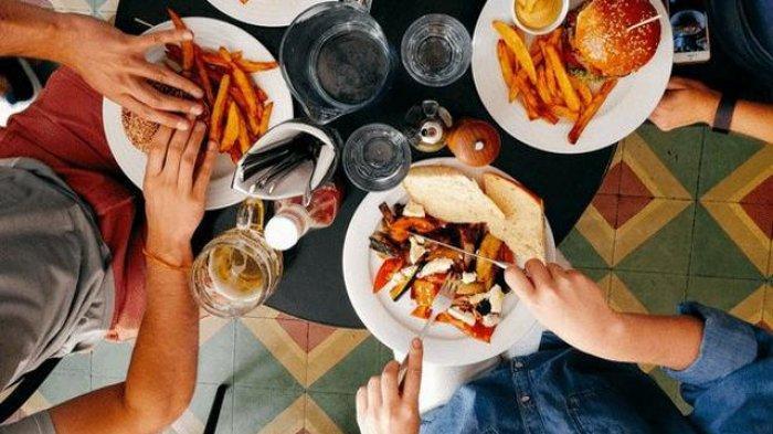 Makan Malam Setelah Jam 8 Bisa Bikin Tubuh Jadi Gemuk, Mitos atau Fakta ?