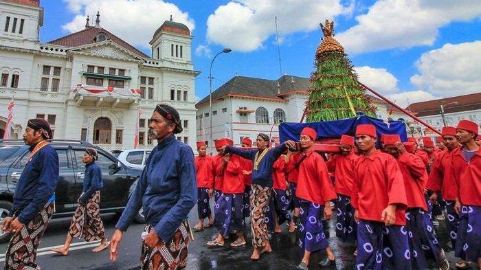 Rayakan di Rumah Saja, Inilah 6 Tradisi Unik Perayaan Idul Adha di Indonesia, ada Grebeg Gunungan