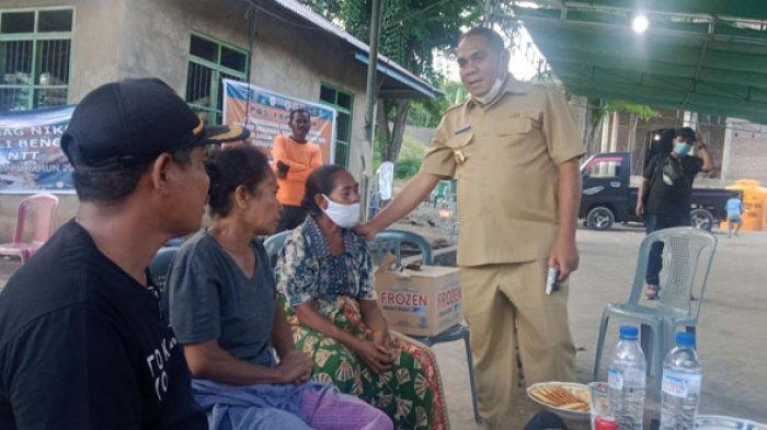 Bupati Flotim, Anton Hadjon saat mengunjungi korban bencana alam di Desa Oyang Barang, Kecamatan Wotan Ulu Mado, Pulau Adonara