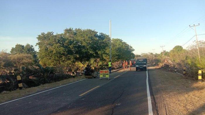 Ruas Jalan Waingapu-Melolo Sumba Timur Sedang Ditambal