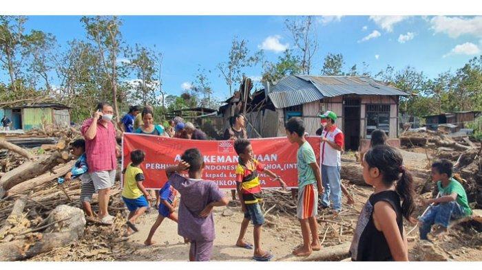 AKSI KEMANUSIAAN -- Organisasi sosial kemasyarakatan Perhimpunan Indonesia Tionghoa (INTI) NTT lakukan aksi kemanusiaan bantu korban badai siklon tropis Seroja.