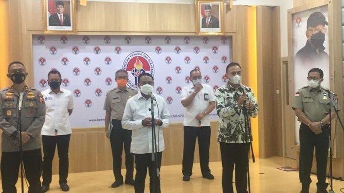 Menteri Pemuda dan Olahraga (Menpora), Zainudin Amali, Asisten Operasi (Asops), Irjen Pol. Imam Sugianto, Ketua Umum PSSI, Mohamad Iriawan, dan Deputi 2 BNBP, Harmensyah seusai rapat koordinasi bahas Liga 1 dan Liga 2 di Kantor Kemenpora, Jakarta Pusat, Senin (24/5/2021).