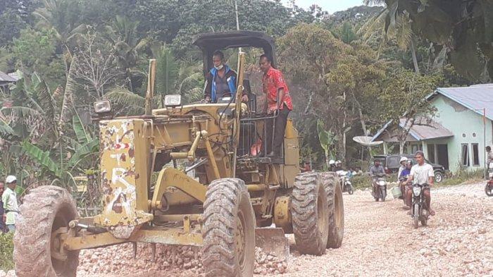 Perbaikan jalan di Waibangga Kecamatan Loli