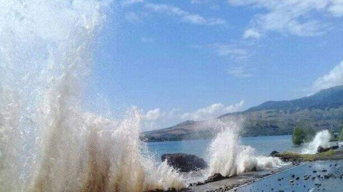 Gelombang di Pantai Utara Sikka Mengamuk Hancurkan Turap Jalan, Tommy: Wewenang Provinsi NTT