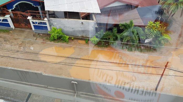 Warga Keluhkan Kerusakan Jalan Membentuk 'Danau' di Kompleks Perumahan Artha Graha Kupang