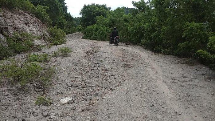 Akses Jalan Menuju Desa Persiapan Warloka Pesisir Kabupaten Mabar Rusak Parah