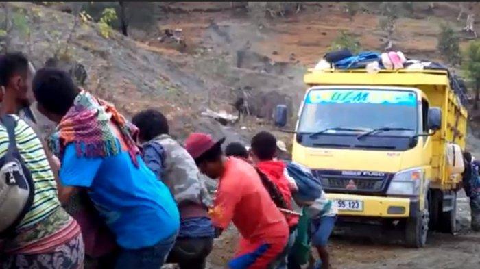 Infastruktur jalan di distrik Oecusse Timor Leste yang masih memprihatinkan. Masyarakat harus berjibaku menarik truk yang tak mampu menanjak di jalan yang rusak