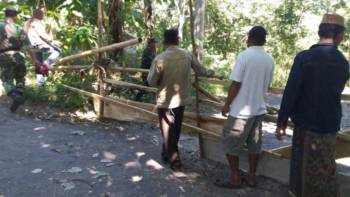 Protes Pernyataan Anggota DPRD Manggarai, Masyarakat Tutup Jalan ke Desa Lando-Cibal