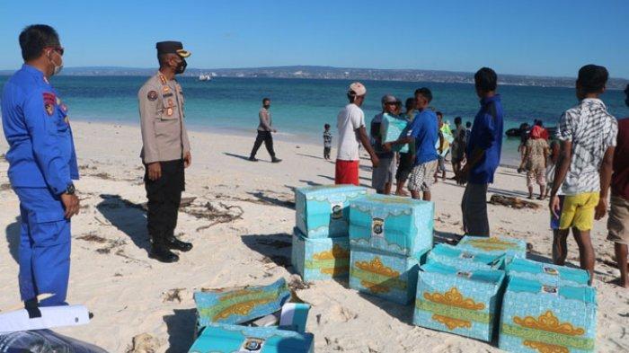 Direktorat Polair Polda NTT gandeng Biddokkes Polda NTT dan BNPB (Badan Nasional Penannggulangan Bencana) Pusat mendistribusikan bantuan kemanusian kepada masyarakat pesisir di pulau kera Kabupaten Kupang NTT, Kamis (15/4/2021).