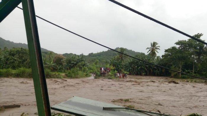 Jembatan Gantung di Mego Roboh, Warga Korobhera Menyebrang Kali Guna Belanja Kebutuhan Keluarganya