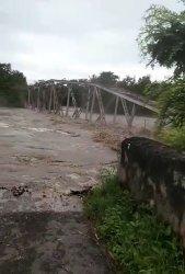 Jembatan Lama di Kambaniru, Sumba Timur ambruk diterjang banjir,Minggu (4/4/2021)