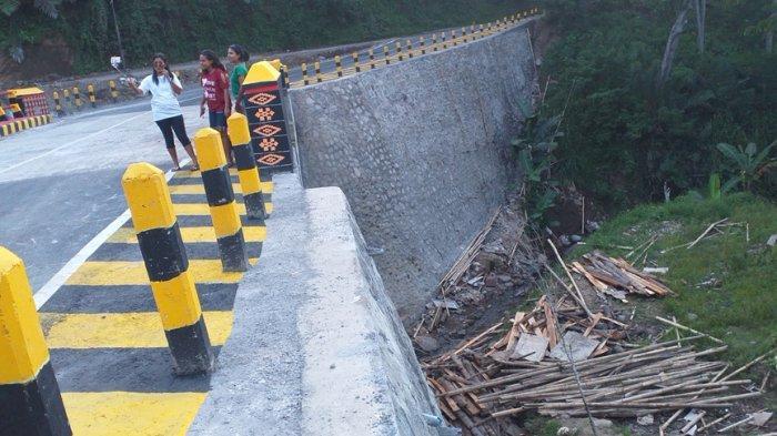 Di Ruas Jalan Nasional ! Material Bangunan Berserakan di Jembatan Lowomelo