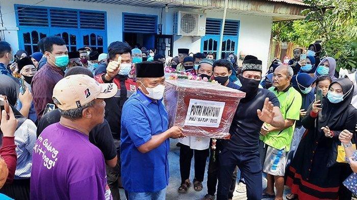 Jenazah Putri Wahyuni Korban Sriwijaya Air SJ 182 Tiba di Pekanbaru, Haru, Saat Disholatkan