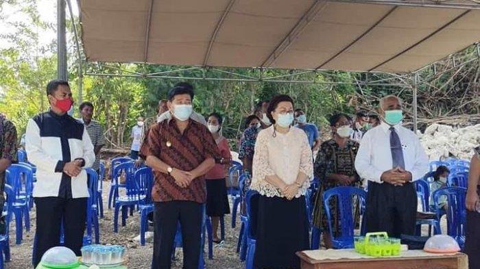 Wakil bupati Kupang, Jery Manafe saat berada di lokasi peletakan batu pertama.