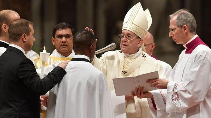 Paus Fransiskus Baptis Pengemis yang Jadi Pahlawan
