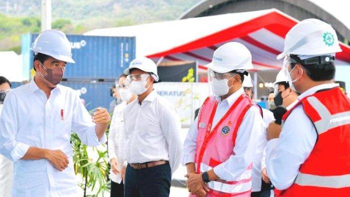 Tiba di NTT, Presiden Jokowi Tinjau Aktivitas Bongkar Muatan di Terminal Multipurpose Wae Kelambu