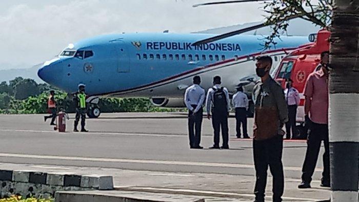 Gubernur NTT Viktor B Laiskodat dan pesawat kepresidenan saat berada di bandara Frans Seda, Maumere.