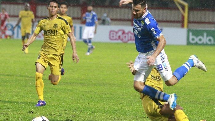 Jonathan Bauman dilanggar pemain Bhayangkara FC.