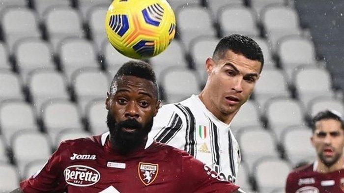 Megabintang Juventus, Cristiano Ronaldo, berebut bola dengan pemain Torino di Juventus Stadim, Minggu (6/12/2020) dinihari WIB.
