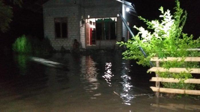 Di Sumba Timur -- Sungai Kadumbul Meluap, Rumah dan Tanaman Pertanian Warga Terendam