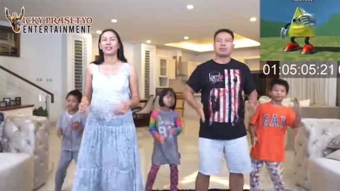 Kalina Ocktaranny bergoyang bersama Vicky Prastyo dan tiga anaknya