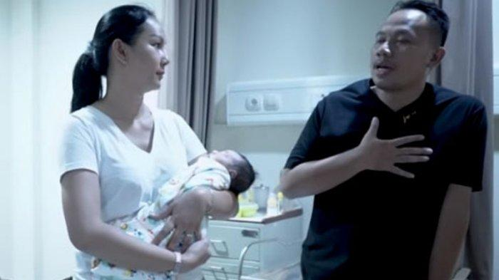 Kalina Ocktranny gending bayi ponakannya ditemani Vicky Prasetyo