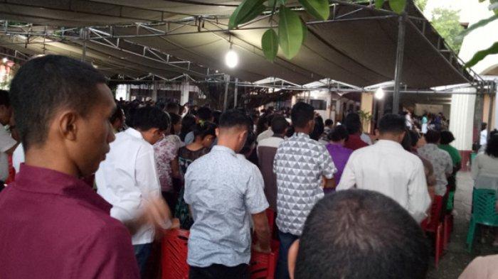 Umat Katolik Padati Gereja Paroki Kristus Raja Katedral Kupang, Ikut Misa Pertama