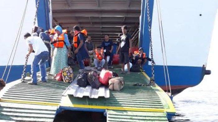 KMP Feri Sangke Palangga Tabrak Karang di Pulau Rita, Inilah Foto-Foto Proses Evakuasi 83 Penumpang