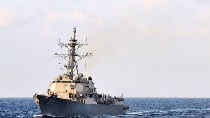Kapal perusak berpeluru kendali USS Mustin berlayar melalui Laut Filipina pada November 2012.  