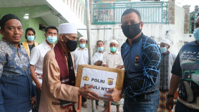 Patroli Kemanusiaan, Kapolda NTT Bagi Bansos Bagi Warga Terdampak Bencana