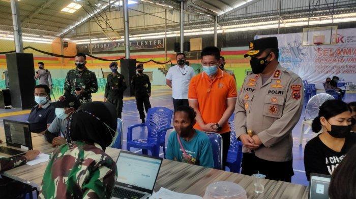 Kapolda NTT Irjen Lotharia Latif memantau proses vaksinasi covid19 bersama REI dan OJK