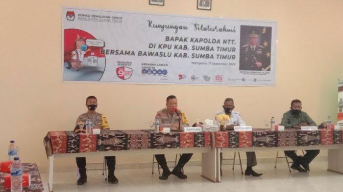 Kapolda NTT, Irjen. Pol. Drs. Lotharia Latif,SmH,M.Hum memberikan arahan singkat tentang pilkada di Aula Kantor KPU Sumba Timur, Kamis (17/9/2020)