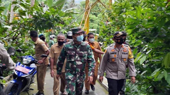 Kapolres Ende AKBP Albertus Andreana dan Dandim 1602 Ende Letkol Inf Nelson Paido Makmur saat turun ke Desa Tiwu Tewa memantau kondisi Anselmus, Selasa (2/2/2021).