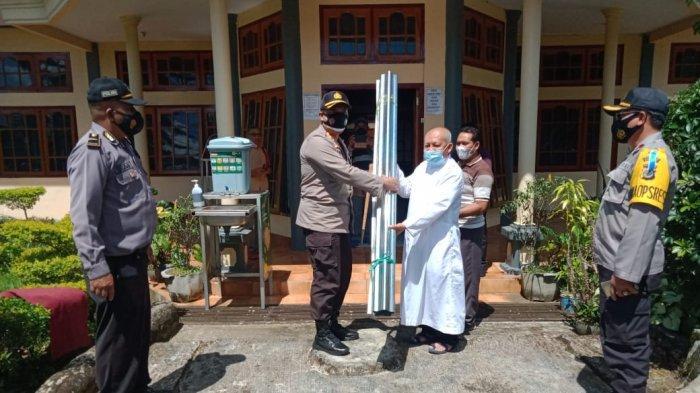 Peduli Korban Seroja, Kapolres  Anton Serahkan Bantuan Seng & Paku Untuk Umat Paroki Kristus Raja