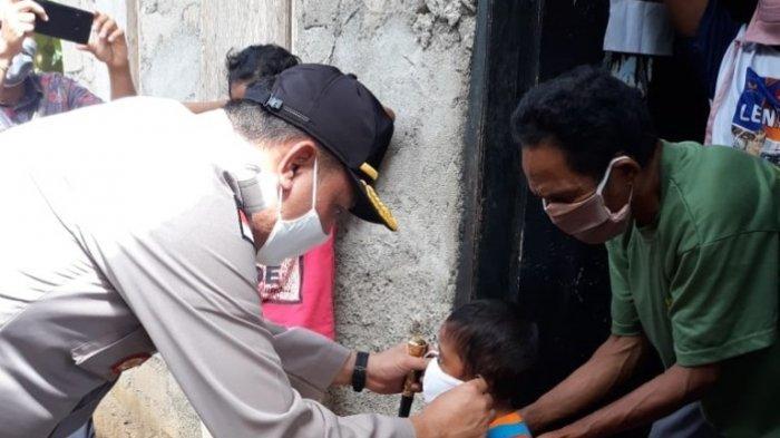 Kapolres Rote Ndao, AKBP Bambang Hari Wibowo, SIK, M.Si, bagi masker