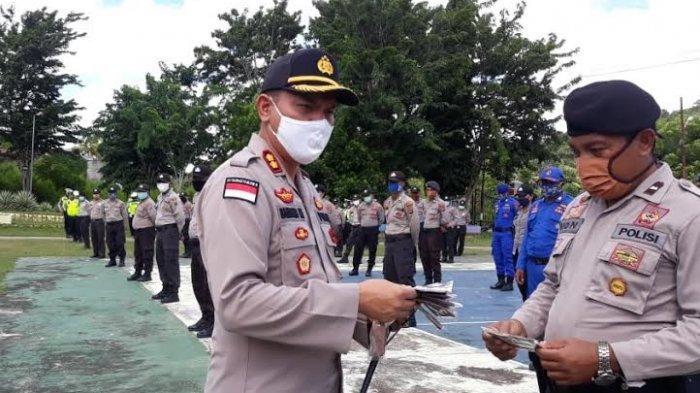 Kapolres Rote Ndao AKBP Bambang Hari Wibowo, SIK, M.Si membagikan masker kepada salah satu anggota di Lapangan Polres Rote Ndao pada Kamis 16 April 2020 pagi.