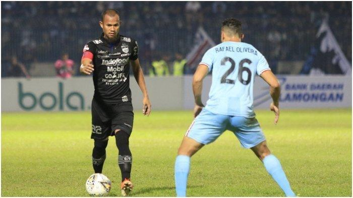 Kapten Persib Bandung, Supardi, berduel dengan pemain Persela Lamongan, Rafel Oliveira, di Stadion Surajaya Lamongan, Kamis (8/8/2019)