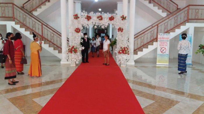 Karpet merah dibentangkan di gedung DPRD Belu dalam rangka penyambutan Bupati dan Wakil Bupati Belu, dr. Agus Taolin dan Drs. Aloysius Haleserens, MM di Gedung DPRD Belu siang ini, Selasa 27 April 2021.
