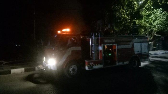kebakaran tumpukan sampah di cabang samping rujab walikota Kupang Rabu 28/4/2021 2