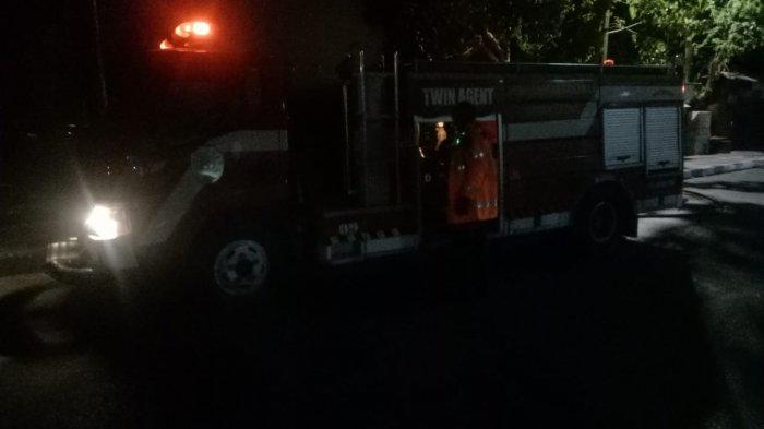kebakaran tumpukan sampah di cabang samping rujab walikota Kupang Rabu 28/4/2021