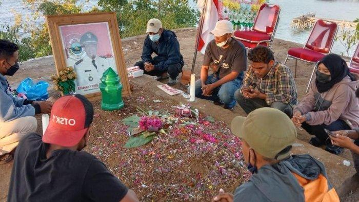 Front Mata Mera Lembata Ziarah ke Makam Eliaser Yentji Sunur : Kami Kritik Tapi Bukan Berarti Benci