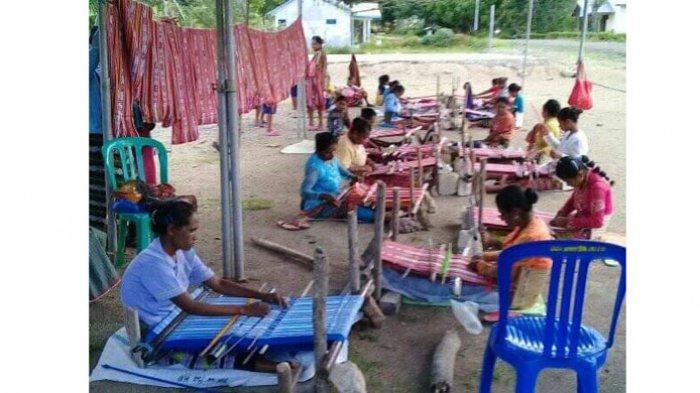 Kembangkan Tenun Ikat, Desa Fatukoto, TTS Gelar Lomba Menenun Kategori Pelajar Antar RT
