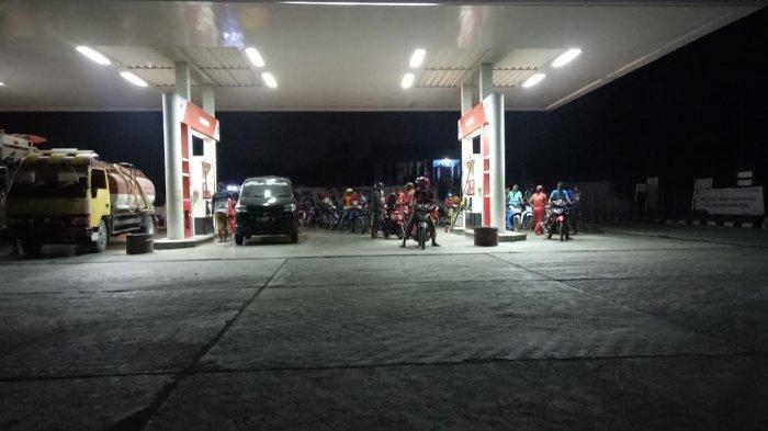 Ratusan Kendaraan Antre dari Sore Hingga Malam Hari Di SPBU Mbay