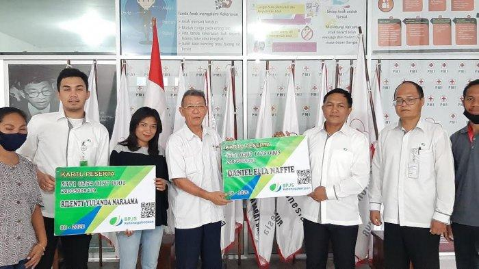 Kepala BP Jamsostek NTT, Armada Kaban menyerahkan Kartu BP Jamsostek secara simbolis kepada Ketua PMI NTT, Guido Fulbertus di Markas PMI NTT, Senin 16 Juni 2020.