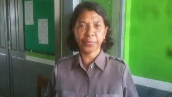 Kepala SMK Negeri Kefamenanu, Dra. Yohana G. Kapitan.