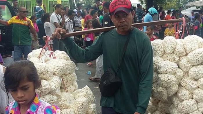 Penjual Jagung Manfaatkan Momentum Pawai Paskah