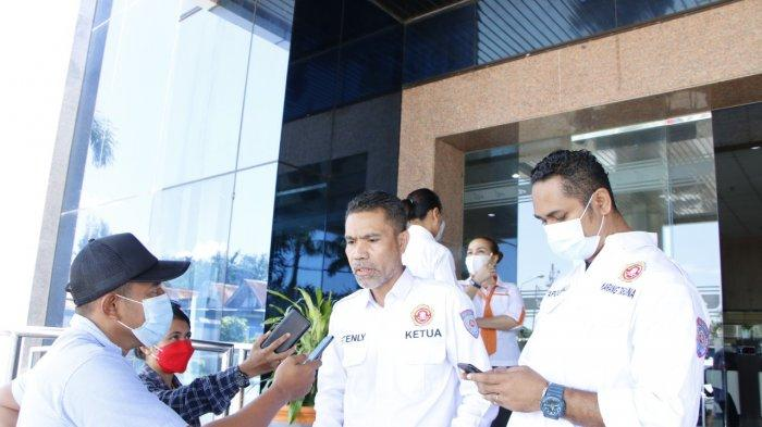 Bank NTT Bantu Mesin Chainsaw Atasi Pohon Tumbang di Jalan