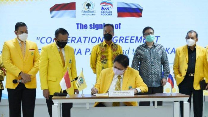 MOU -Ketua Umum Partai Golkar,  Airlangga Hartarto menandatangani MoU dengan Partai Rusia Bersatu secara virtual di Kantor DPP Golkar, Jakarta,  Jumat (11/6/2021)